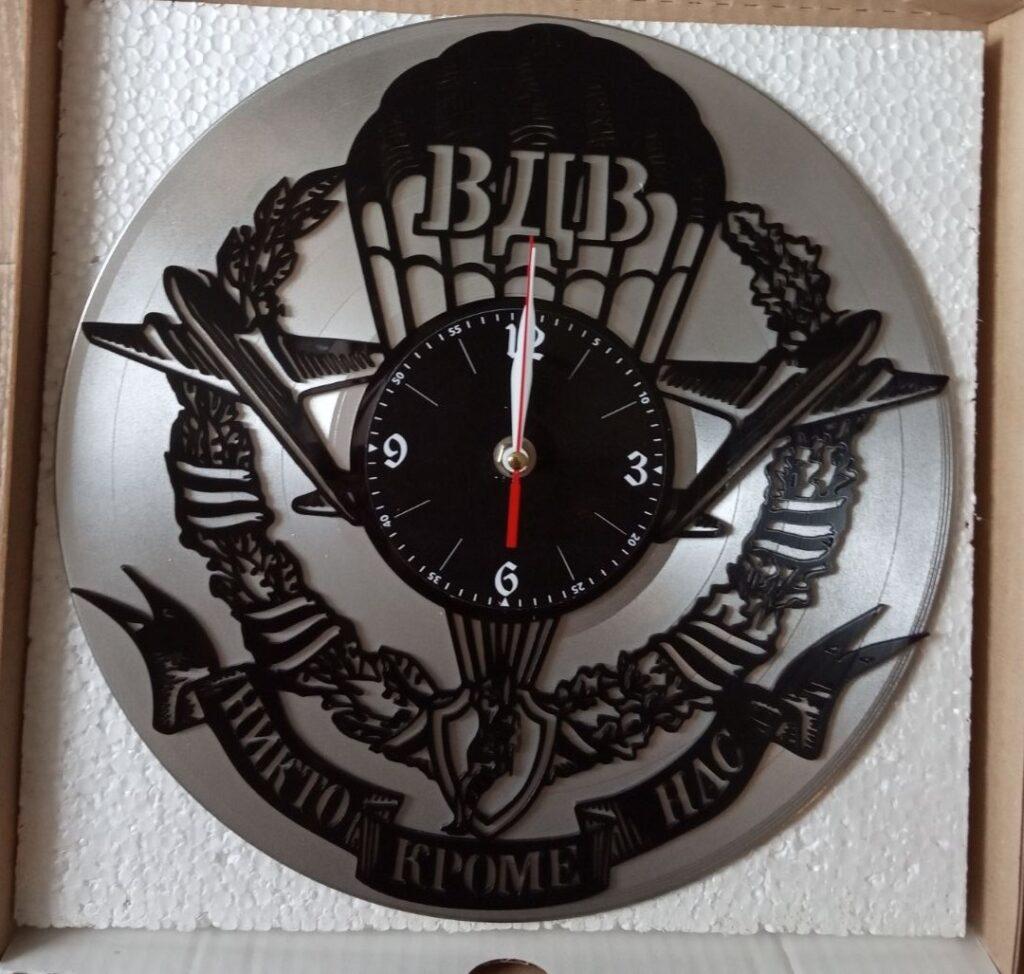 Почему именно часы из винила?